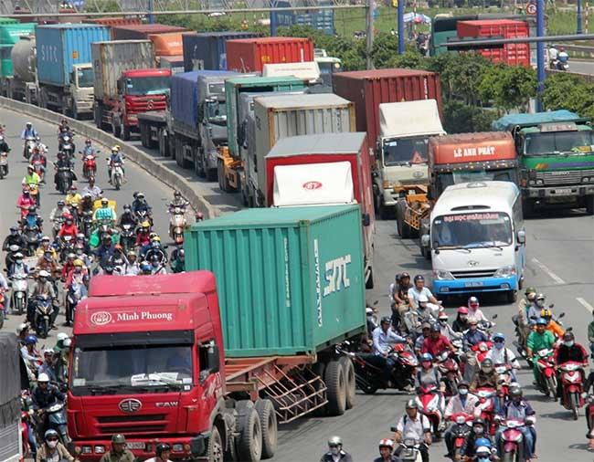 Tình trạng kẹt xe hàng ngày từ hướng Xa lộ Hà Nội đến cầu vượt Cát Lái kéo dài đến Cảng Cát Lái.