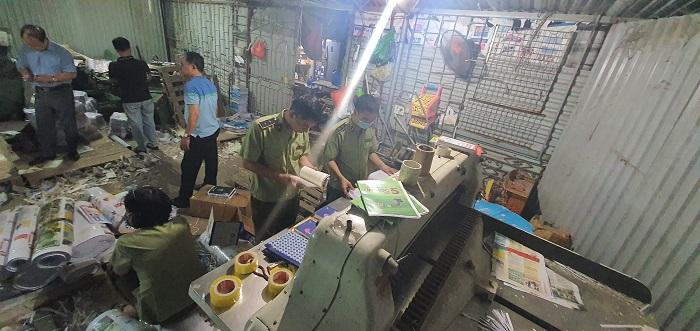 Lực lượng chức năng đã tạm giữ toàn bộ gần 60 nghìn quyển sách thành phẩm giả NXB Giáo dục Việt Nam và gần 4 tấn bán thành phẩm chưa đóng quyển.