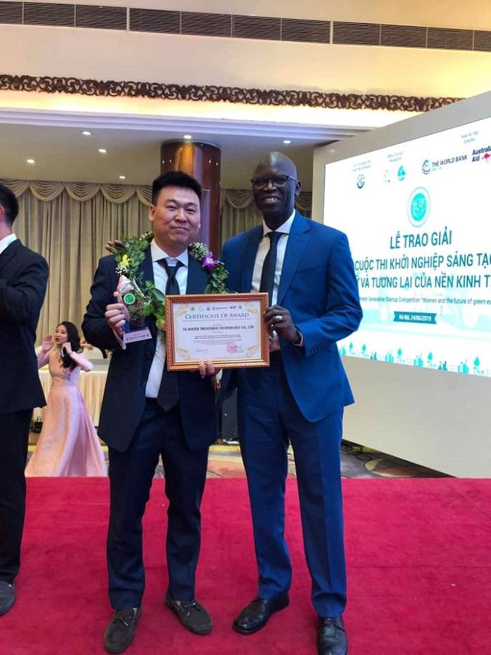 Anh Vũ Tiến Anh nhận giải thưởng công nghệ sáng tạo có khả năng nhân rộng ra quốc thế của VCIC - Bộ Khoa Học Công Nghệ tổ chức.