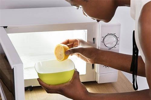 Mách bạn mẹo vệ sinh lò vi sóng vừa nhanh vừa hiệu quả lại an toàn cho sức khoẻ cho cả gia đình.