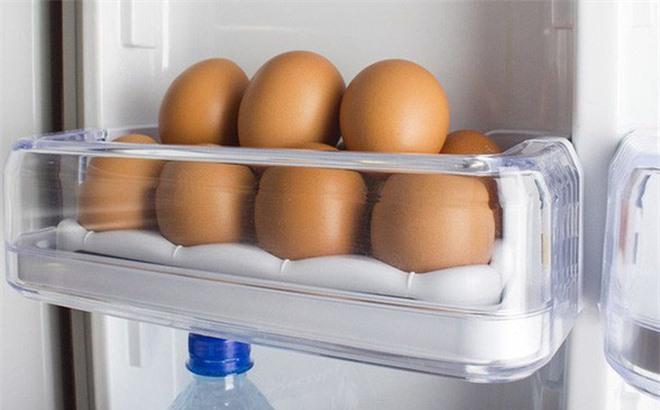 Không nên bỏ trứng gà ở cánh cửa tủ lạnh