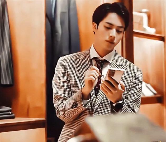 Jin (BTS) khiến fan gây thương nhớ với vẻ đẹp như hoàng tử trong quảng cáo mới - Ảnh 2
