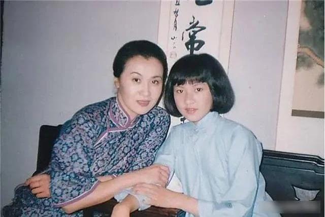Là diễn viên hạng nhất quốc gia, cô qua đời vì bạo bệnh để lại đứa con trai 2 tuổi, đọc 7 chữ trên bia mộ mà đẫm nước mắt 3