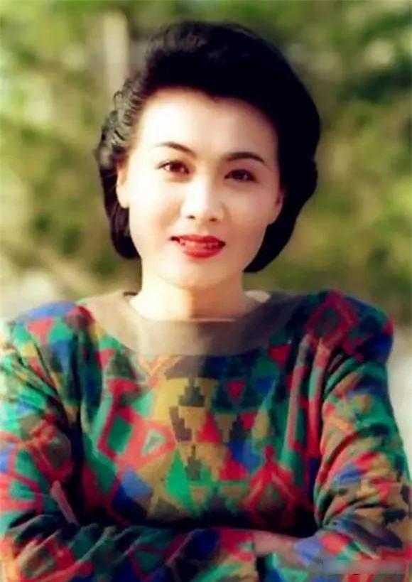 Là diễn viên hạng nhất quốc gia, cô qua đời vì bạo bệnh để lại đứa con trai 2 tuổi, đọc 7 chữ trên bia mộ mà đẫm nước mắt 12