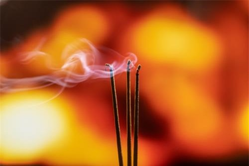 Thắp hương ngày mùng 1 giúp mang lại may mắn cho gia chủ