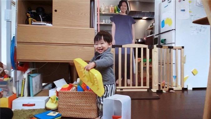 Cậu bé ngoan ngoãn chơi đùa mà không hề biết mẹ đang vắng nhà.