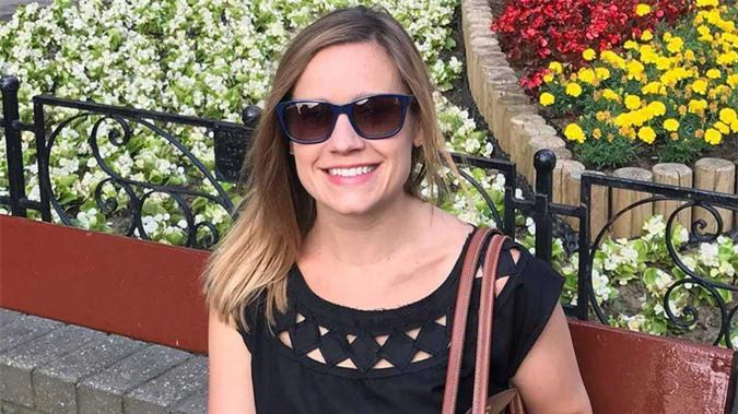 Nữ giảng viên xinh đẹp ở Mỹ chết vì thang máy rơi tự do - Ảnh 1.