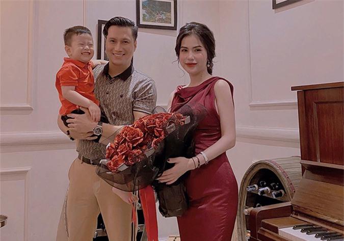 Việt Anh cùng vợ cũ và con trai Đậu Đậu trong bữa tiệc tối 3/9.