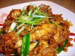 Cách làm món gà rang sả ớt thơm ngon ngay tại nhà_Ảnh: toinayangi.com