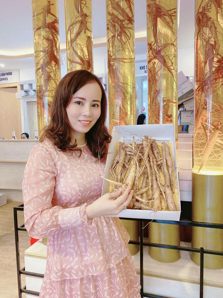 Chị Nguyễn Tố Uyên –  CEO & Fouder COLL GROUP bên các sản phẩm sâm Bố Chính mà mình phân phối.