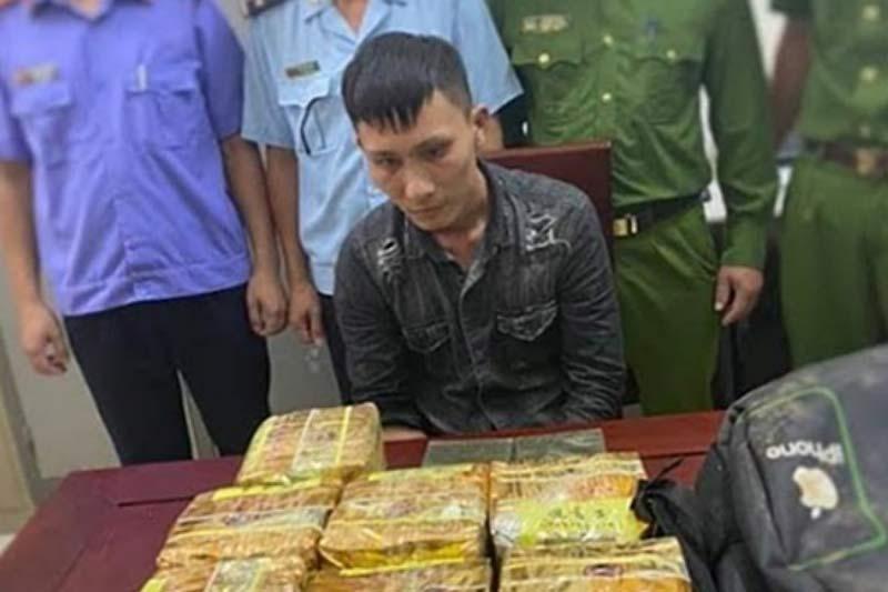 Nghệ An: Vứt cả ba lô chứa đầy ma túy, đối tượng tháo chạy trong đêm