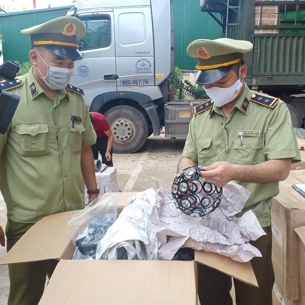 Lạng Sơn: Phát hiện 2.000 chân gà nhập lậu trôi nổi trên thị trường