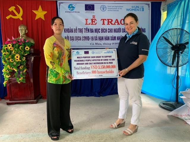 Hỗ trợ 3 tỷ đồng cho những hộ gia đình khó khăn do Covid-19 và hạn hán ở Cà Mau