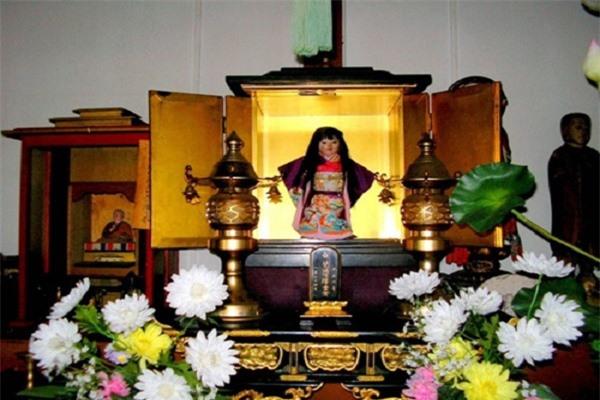 Bất chấp cắt tỉa, tóc búp bề kỳ lạ trong đền thờ ở Nhật Bản vẫn liên tục mọc dài