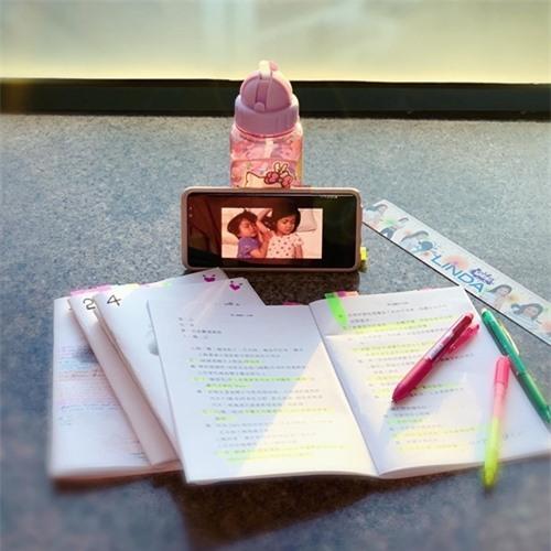 Những ngày cách ly, Chung Gia Hân dành thời gian nghiên cứu kịch bản. Cô mang theo bình nước hình Hello Kitty của con gái và thường xuyên gọi video sang Canada cho ông xã, nhìn ngắm các con để nguôi ngoai nỗi nhớ nhà. Bình nước của Kelly và tấm ảnh các con giúp tôi vững lòng đi tiếp. Nhớ Kelly và Jared thật nhiều, Chung Gia Hân viết trên Instagram.