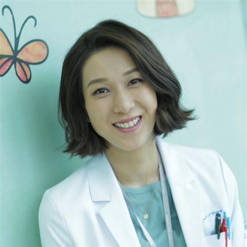 Những ngày đóng phim, Chung Gia Hân thường xuyên chia sẻ hình ảnh đầy ắp niềm vui ở hậu trường, thể hiện cô đang rất tận hưởng không khí làm phim ở Hong Kong.