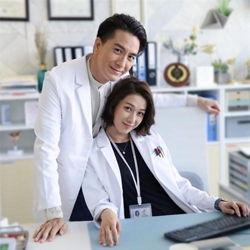 Đóng chung với Mã Quốc Minh, Chung Gia Hân kể cô từng rất thích phim đề tài y học On call 36 giờ mà Mã Quốc Minh đóng lúc trước.