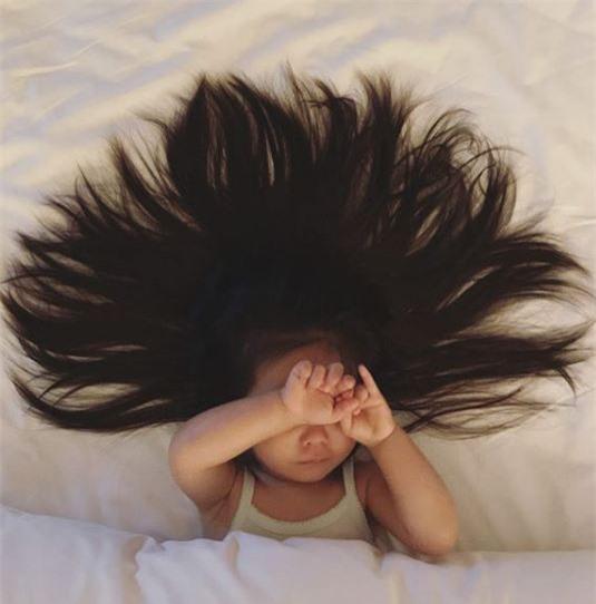 Vẫn là mái tóc dày như vậy nhưng không còn bông xù như lúc trước nữa.