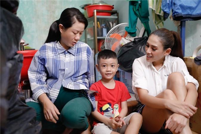 Hoàng Yến đến thăm phòng trọ nhỏ của mẹ con chị Thu Liễu. Bà mẹ trẻ tâm sự chị trải qua hai mối tình song đều tan vỡ vì hai người đàn ông tệ bạc. Hiện chị mang thai tháng 7 nhưng cố gắng làm việc, nuôi nấng con trai đầu 6 tuổi.