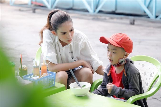 Hoàng Yến trò chuyện cùng con trai chị Liễu. Ngày may mắn được phát sóng vào lúc 10h15 sáng thứ 6 hàng tuần trên HTV7 và Youtube T-Production.