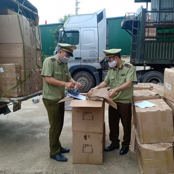 Công chức Đội QLTT số 1 kiểm tra hàng hóa vận chuyển trên phương tiện vận chuyển hàng hóa nhập khẩu, ảnh: Hải Hoàng.