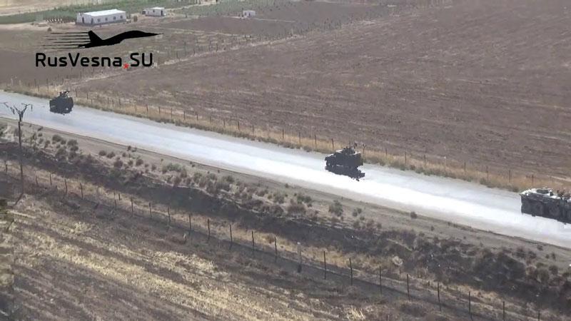 """Trực thăng Apache của Mỹ """"bao vây"""" đoàn xe quân sự Nga ở Đông Bắc Syria"""