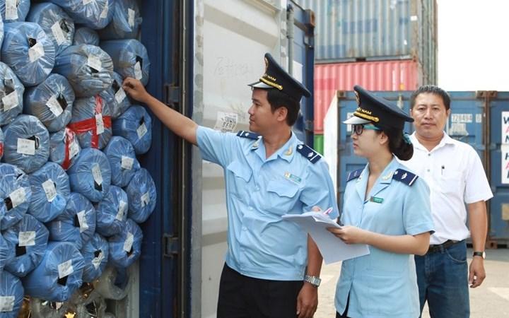 Cán bộ Hải quan kiểm tra hàng hoá của doanh nghiệp.