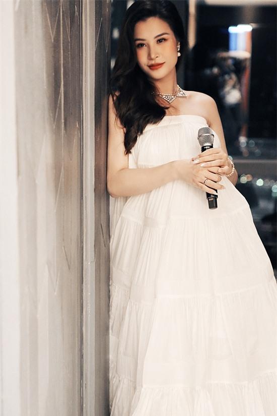 Chỉ tầm 1 tháng nữa sinh, nhưng Đông Nhi vẫn tham dự đêm diễn của bạn thân - Noo Phước Thịnh với váy trắng, che bụng bầu, lộ bờ vai vẫn thon gọn. Cô viết: Đến thời điểm mặc váy 5XL rồi.
