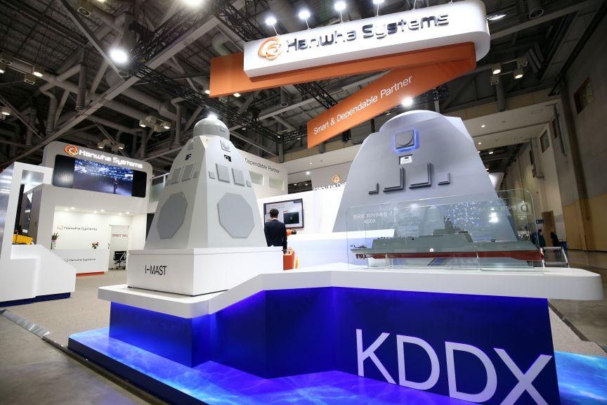 Mô hình tháp radar tích hợp (I-MST) của khu trục hạm KDDX với hệ thống radar và cảm biến của Hanwha Systems. Ảnh: Janes Defense.