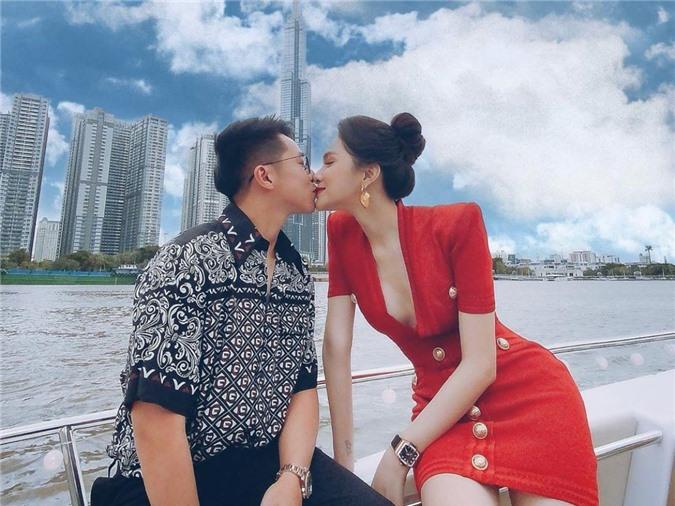 Hương Giang diện váy xẻ ngực, khoe vòng một gợi cảm. Gương mặt cô tràn đầy hạnh phúc bên Matt Liu khi họ hôn nhau trên sông Sai Gòn.