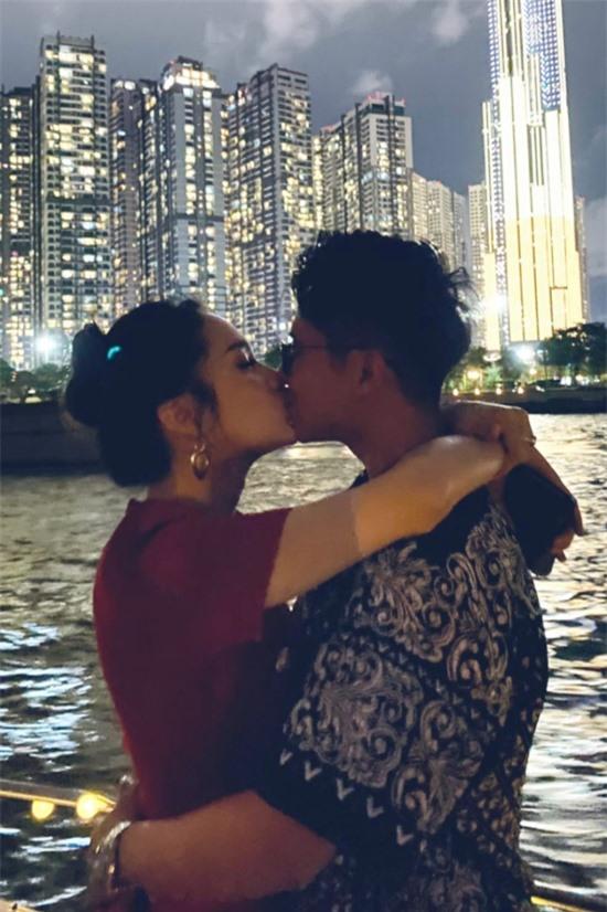 Bữa tiệc trên du thuyền là lời hứa của hoa hậu Hương Giang với các khách mời trong chương trình Người ấy là ai nếu cô thành đôi hẹn hò với CEO Matt Liu.