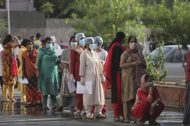 Người dân tại Jammu, Ấn Độ xếp hàng lấy mẫu xét nghiệm COVID-19 ngày 15/9. Ảnh: AP