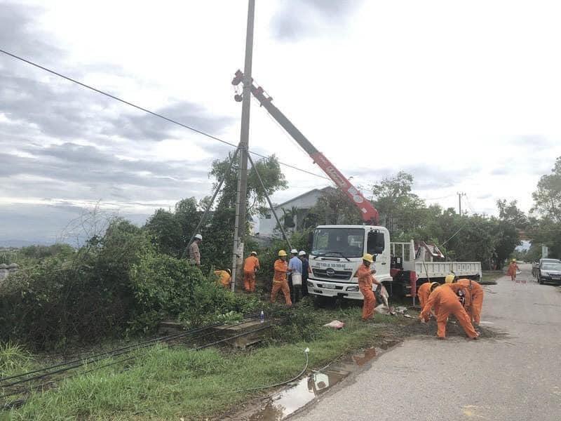 Điện lực tỉnh Thừa Thiên Huế khẩn trương khắc phục thiệt hại do bão số 5 gây ra. (Ảnh: T.N)