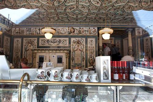 Một góc bày bán sữa bên trong tòa nhà lộng lẫy như cung điện ở Đức