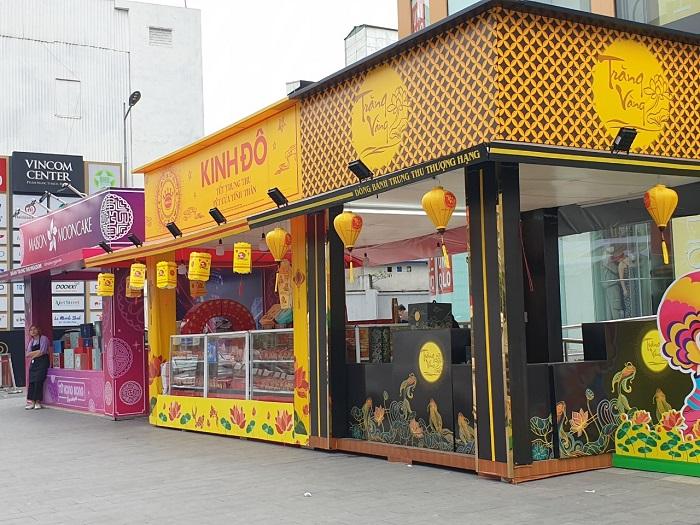 Các gian hàng bánh trung thu trước cửa Vincom Phạm Ngọc Thạch cũng vắng hoe khách.