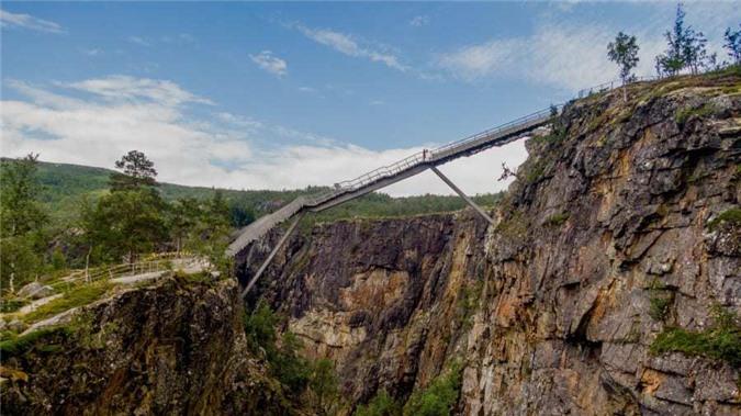 Cây cầu bậc thang cheo leo giữa hai hẻm núi Na Uy