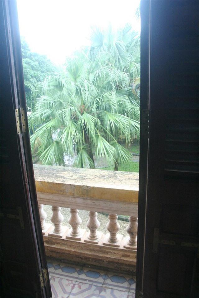 Những khung cửa nhìn ra bên ngoài