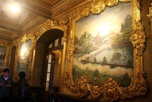 Các bức tranh về khung cảnh các lăng vua Nguyễn được vẽ trực tiếp lên tường