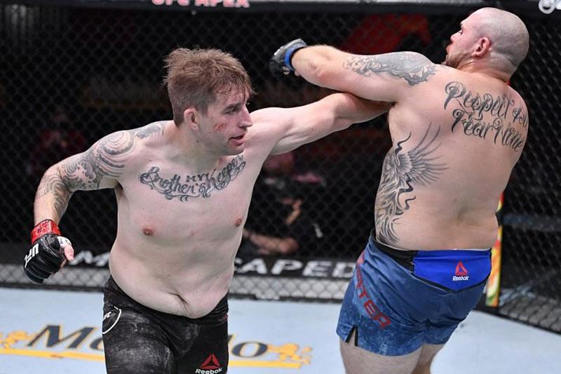Cận cảnh pha tung 6 cú đấm, 1 đòn chỏ và 1 gối cực mạnh khiến võ sĩ Mỹ ngã ngửa