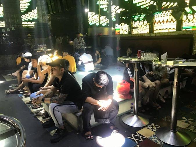 Các đối tượng vào quán bar sử dụng chất ma túy vừa bị cơ quan công an tạm giữ (Ảnh: CTV)
