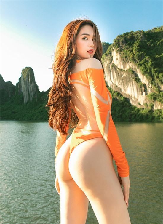 Ngọc Trinh sở hữu vòng ba nảy nở tự nhiên. Trước đây cô từng bức xúc vì bị cho là mặc quần độn mông khi đi sự kiện.