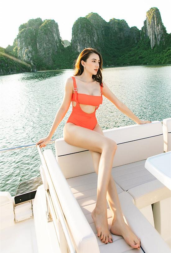 Người mẫu Lê Hà gợi cảm với thiết kế màu cam, tạo dáng trên du thuyền.