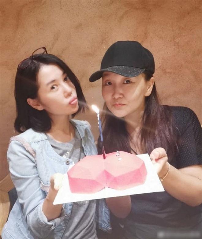 Suýt chút nữa trở thành vợ của Ngô Kinh nhưng lại cam chịu chung sống với đạo diễn 12 năm rồi bị bỏ rơi, nay nữ diễn viên này có giá trị thương mại hơn 13 nghìn tỷ đồng 4