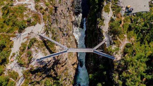 Toàn cảnh cây cầu bậc thang bắc qua hèm núi ở Na Uy