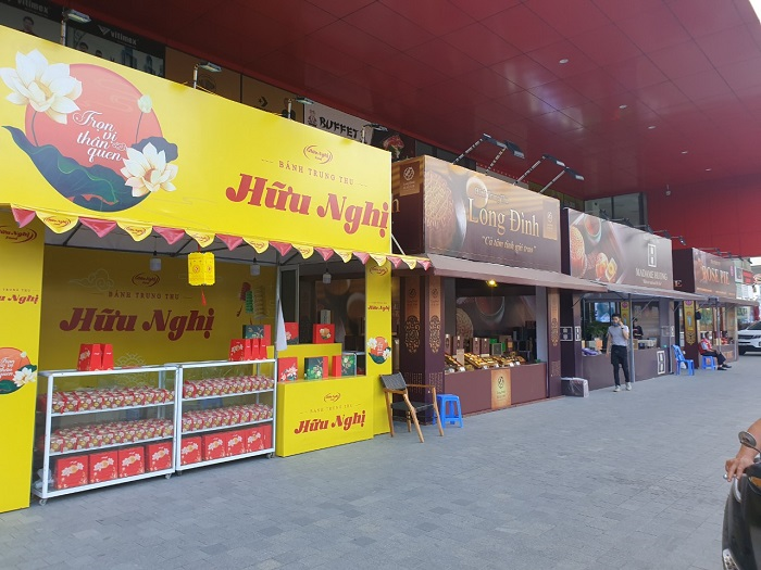Gian hàng bày bánh trung thu tại Trung tâm thương mại Atermis trên đường Lê Trọng Tấn.