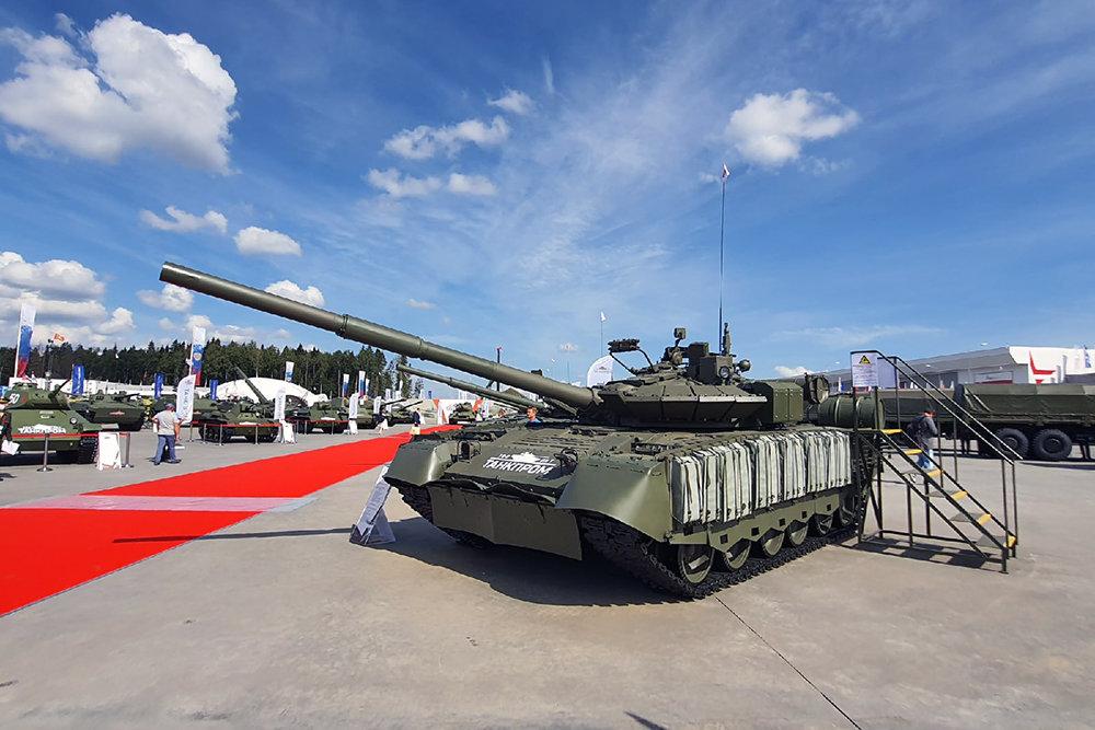 Xe tăng chiến đấu chủ lực T-80BVM của Nga được trưng bày tại Triển lãm Army-2020. Ảnh: TASS.