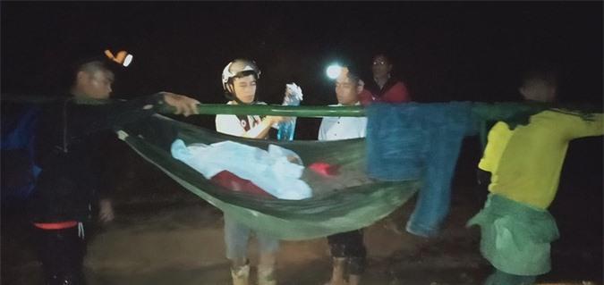 16 trai làng xuyên đêm khiêng cô gái vượt 22 km đường rừng đi cấp cứu - Ảnh 1.
