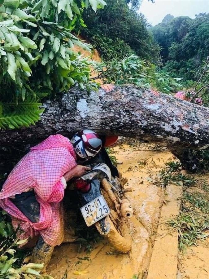 16 trai làng xuyên đêm khiêng cô gái vượt 22 km đường rừng đi cấp cứu - Ảnh 3.