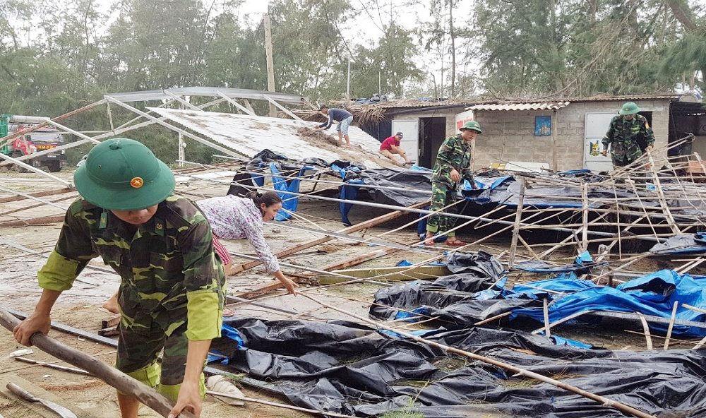 Lực lượng quân sự hỗ trợ người dân khắc phục thiệt hại sau bão