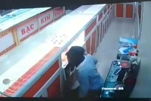 Thanh Hóa: Nam sinh lớp 9 bịt mặt đột nhập tiệm vàng trộm cắp